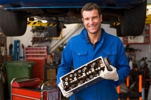 Mechaniker mit Zylkopf